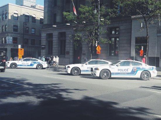 Rue Ste.-Catherine : Poste de police avec de sympathique Dodge Charger