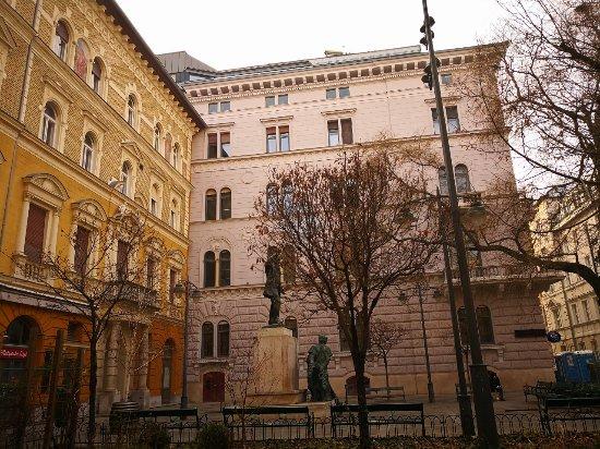 Lorinc pap Square