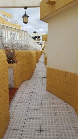 pasillos para acceder a los bungalows... me recordaba al Mago de Oz y seguir las baldosas amaril