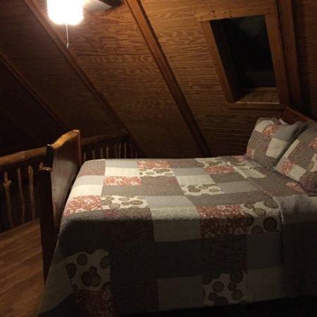 老人洞穴小屋照片