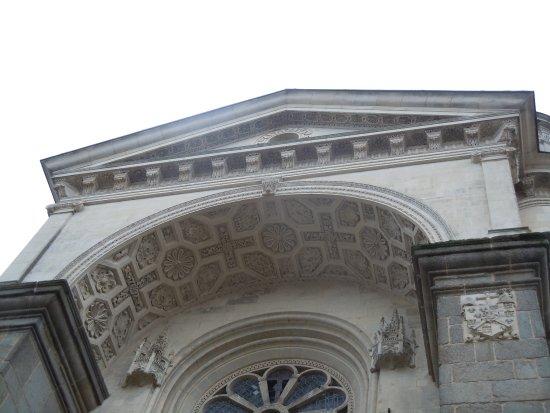 Eglise Saint Venerand: Détail du fronton