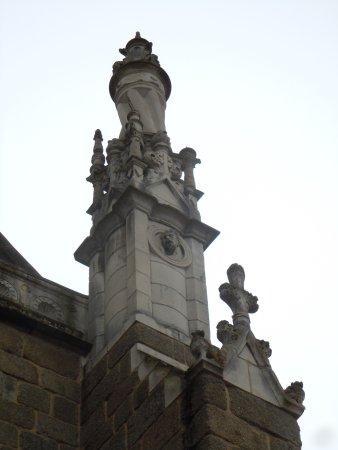 Eglise Saint Venerand: Détail des sculptures de la toiture de l'église
