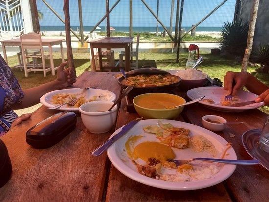 Guaibim: Vista de um almoço ao ar livre na parte dos fundos da pousada com vista para o mar