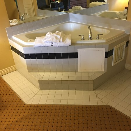 Music Road Resort Hotel: Hot tub and king bed in river view room.