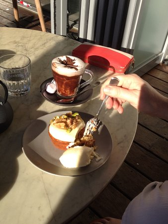 Swanbourne, Australia: Carrot cake with clotted cream