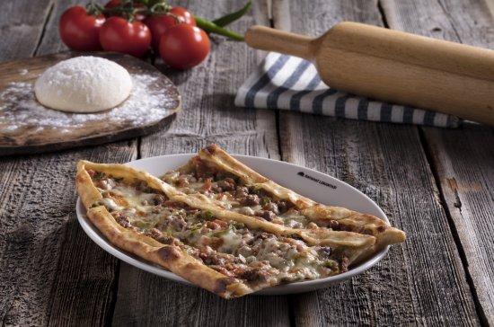 Afyonkarahisar Province, Turkey: Özenle hazırlanan pideler taş fırında pişirilip servis ediliyor.