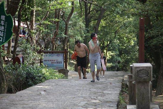 Drum Mountain (Gu Shan) : 路上蠻多....男人光著上半身的