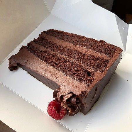 Had this giant vegan chocolate fudge cake and honestly felt so indulgent! Even my friend had it