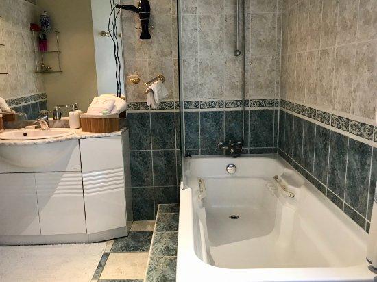 salle de bains priv e la chambre tsf avec wc s par picture of maison de faveri aramits. Black Bedroom Furniture Sets. Home Design Ideas