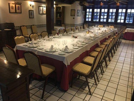 Meson del Cid: Salón de los Doce Escudos con mesa imperial para unas 30 personas con luz natural
