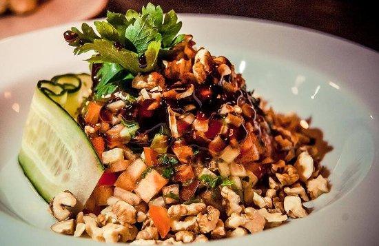 Ayva Lounge&Grill : Атмосферное заведение в восточном стиле. Заказали салат: порезанные помидоры, огурцы и болгарски