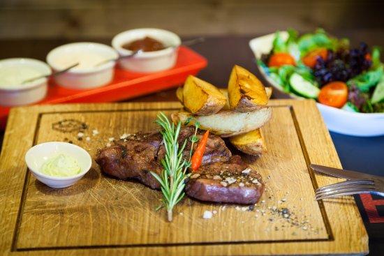 rosto steak house: Lahodný,vyzretý, mäkučký dry-age steak z vysokej roštenky s výraznou hovädzou chuťou.