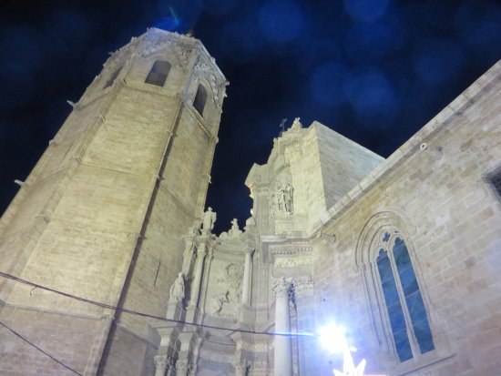Miguelete: Scorcio del campanile in notturna