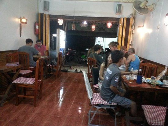 Orchid Restaurant - Guesthouse: Thai and farang customers at Orchid restaurant