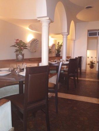 Ya Yuan: Un angolo del piccolo ed elegante ristorante, senza stucchi e draghi