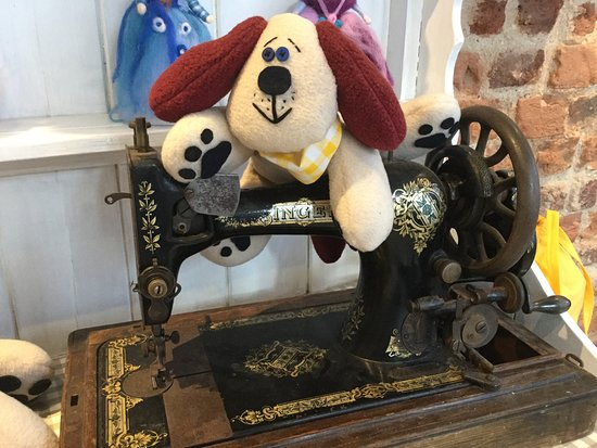 Ottery St. Mary, UK: Dog on a sewing machine