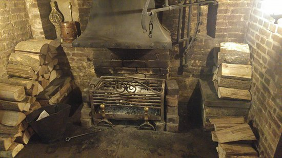 Barton, UK: Really authentic fireplace