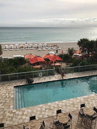 Sunny Isles Beach, FL: Piscina suja