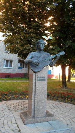Navahradak, Białoruś: Бюст был подарен городу одним из уроженцев Новогрудка в знак уважения к музыканту