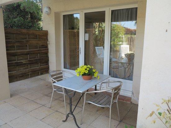 Terrasse avec salon de jardin studio 2 personnes - Picture of Le ...