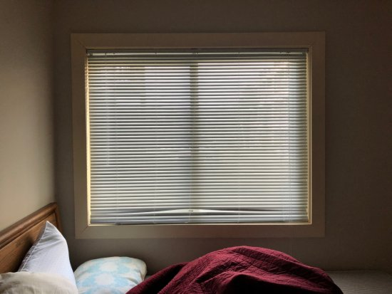 The Pinnacle Inn: Room has broken blinds with no curtains- outdoor light shines bright
