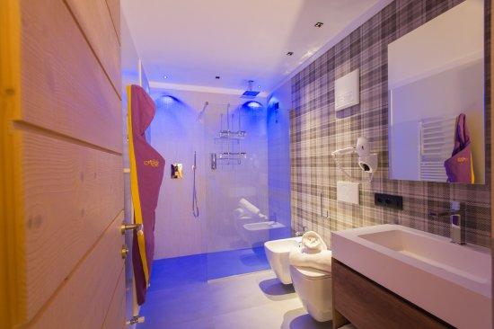 Bagno Con Doccia Walk In : Un moderno bagno en suite tra cui una doccia walk in e con lui e