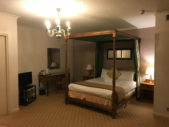 Brook Mollington Banastre Hotel & Spa: 4 poster bed