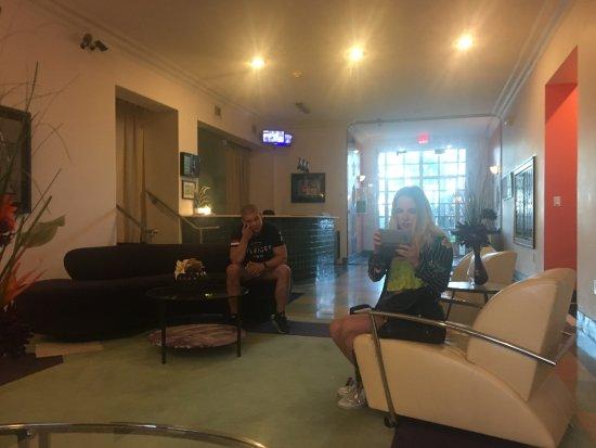 The Barbizon: Powierzchnia z kanapami przy wejściu do hotelu