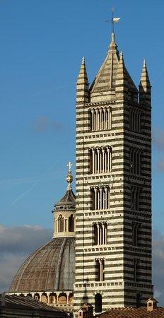 Hotel Duomo: il campanile del dujomo dalla finestra di una saletta
