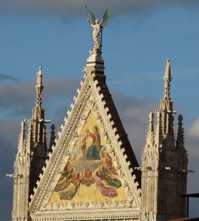 Hotel Duomo: la cuspide del portale centrale del Duomo