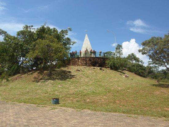 Dom Bosco, MG: Vista da capela e do espaço verde.