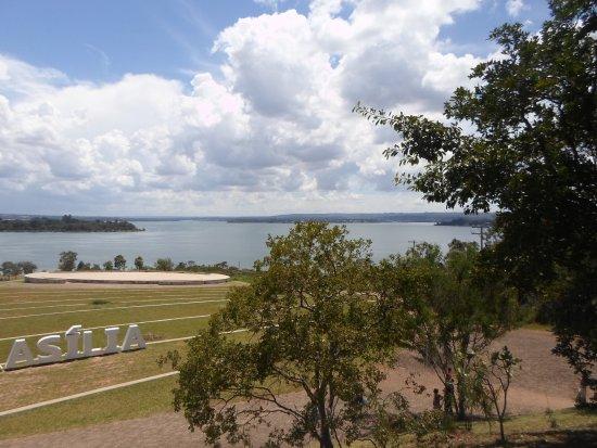 Dom Bosco, MG: Vista do Lago Paranoá e do  espaço para apresentações.
