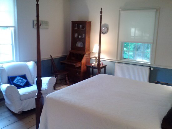 Chipman Inn: Blue Room accommodating two adults