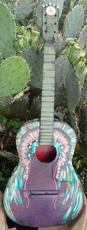 Sabinal, เท็กซัส: Painted guitar by Meagan Smith.
