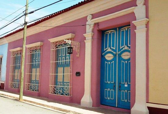 Museo Parrandas Remedianas: Fachada neoclásica, que se remonta a 1825