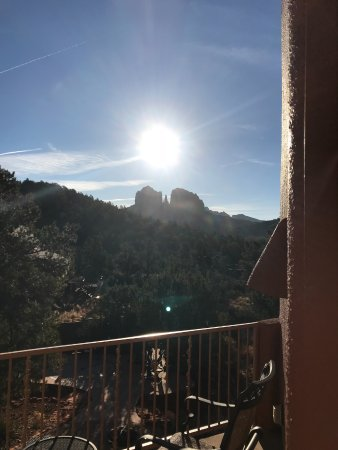 Sedona Cathedral Hideaway: Beautiful sunrise on Cathedral Rock