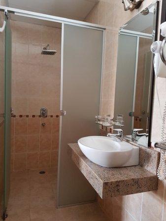 Le Moustier Suites: Lavatorio y cubículo de la ducha del cuarto de baño