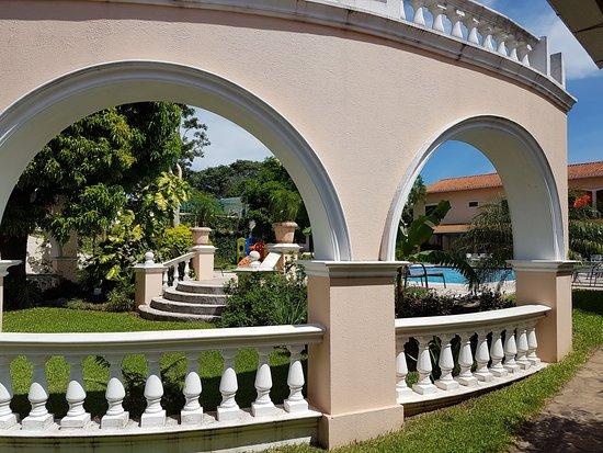Le Moustier Suites: Parque en la zona de piscina