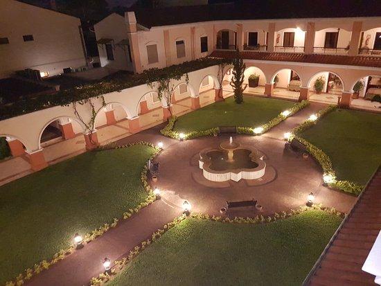 Le Moustier Suites: Jardín - Vista superior nocturna