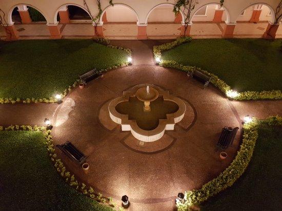 Le Moustier Suites: Fuente central de uno de los jardines