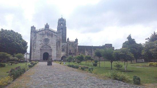 Yecapixtla, Mexico: Iglesia con vista a su atrio y cruz atrial