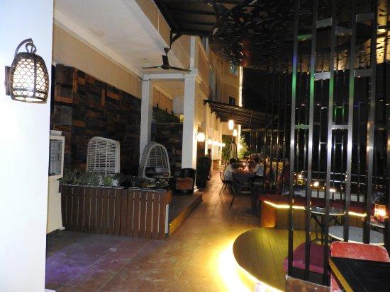 Crown Vista Hotel: D'nest Bar & Grill