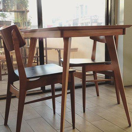 Bouches-du-Rhone, ฝรั่งเศส: Table et chaises 50s