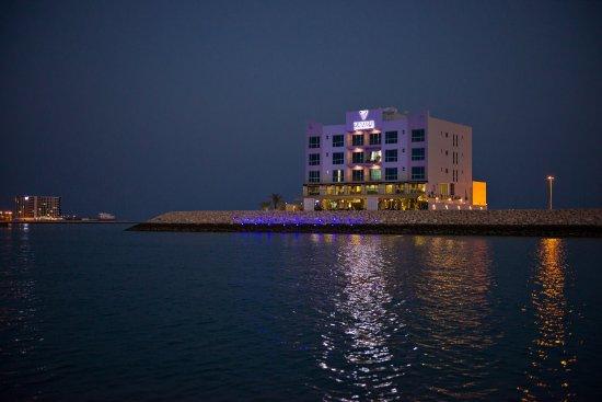 Bahrain: Phoenix Eatery and Shisha Lounge - Night view