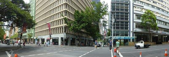 Travelodge Hotel Sydney Wynyard: Rechts das Hotel, links sieht man noch den U-Bahn-Eingang