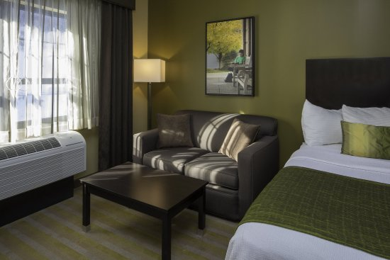 Steubenville, OH: Deluxe Room Sitting Area