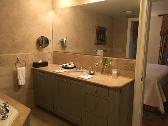 Inn at Montchanin Village: Sink and mirror.