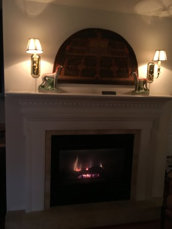 Inn at Montchanin Village: Gas fireplace in the sitting area straight across from the entrance.