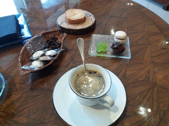 Sainte-Anne-d'Auray, Francia: Café avec ses 3 mignardises et son gâteau Breton