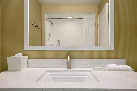 Home2 Suites by Hilton Huntsville / Research Park Area : Guest Vanity
